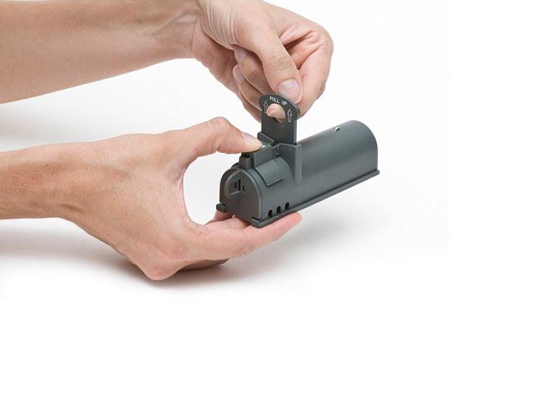 Процесс приведения в действие мышеловки-«гильотины» Victor Clean-Kill Mouse Trap M162S